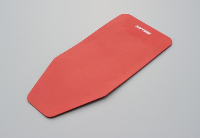 画像: アルミの板をニトリルゴムでコーティング。カラーはレッドのみの設定。