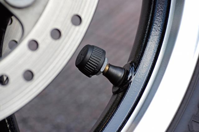 画像: センサー部はφ23mmで、重量は9gに抑えられている。内蔵電池(CR1632)の寿命は最長で約2年とのこと。L字型のバルブには非対応だが、通常の真っ直ぐなバルブに交換すれば装着できる。