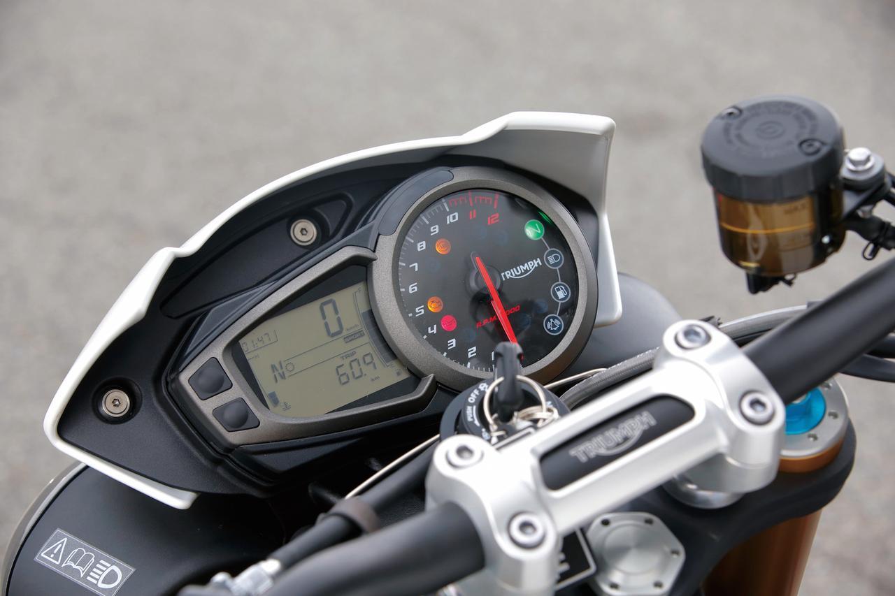 画像: デジタルとアナログを組み合わせたメーターデザインやブルーのシフトインジケーターは継承するが、トラクションコントロールやライディングモードの表示が追加された。