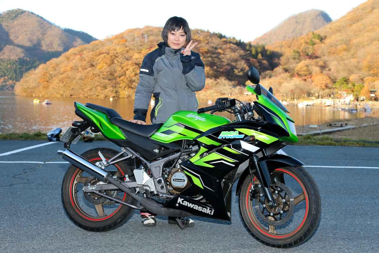 画像: 木村温子さん。東京都から参加。大型免許を今年9月に取得したばかり。5歳の子供がいる主婦だが、2~3歳のころからバイクに乗せて一緒に出掛けているとのこと! 愛車はホンダ・CB400スーパーフォア・Spec1。試乗ではホンダ・バリオが乗りやすく、子供も乗せやすいそう。軽軽二輪は車体が軽くて、シートも低いから乗りやすいともコメント。 試乗車:KAWASAKI NINJA150RR 主要諸元 ●水冷2ストクランクケースリードバルブ単気筒 ●149cc ●29ps/11000rpm ●2.04㎏-m/9000rpm ●134㎏ ●10.8ℓ ●NA ●90/90-17・110/80-17 ●55万3500円