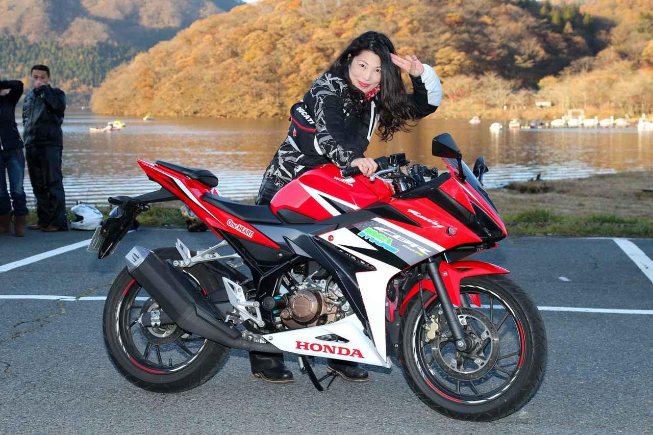 画像: 東京都から参加の神田千恵子さん。大型二輪免許を取得して4年目で、現在はホンダ・NC700Xをメインにヤマハ・セロー(225ccね❤)も持っているそう。 試乗ではヤマハ・YZF-R15が「スタイルもカッコ良いし、取り回しもしやすい。初心者向けのSS(スーパースポーツ)として良いかも」とのこと。 試乗車:HONDA CBR150R 主要諸元 ●水冷4ストDOHC4バルブ単気筒 ●149.16cc ●17.1ps/9000rpm ●1.4㎏-m/7000rpm ●135㎏ ●12ℓ ●787mm ●100/80-17・130/70-17 ●43万920円