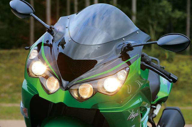 画像: ポジション、ロービーム、ハイビームを合わせると6眼となるヘッドライトは、フラッグシップスポーツにふさわしい個性と堂々たる存在感を演出。