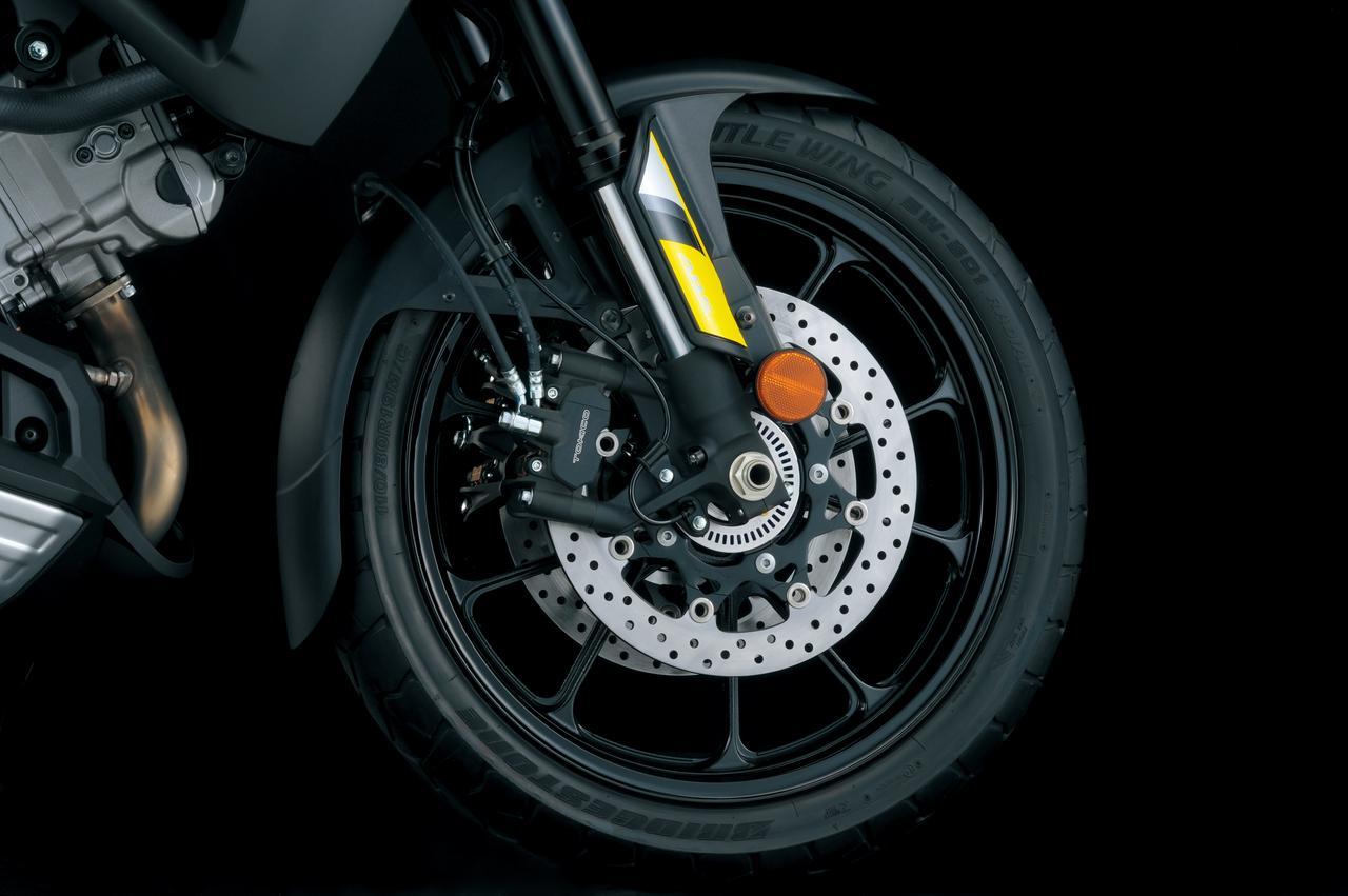 画像: 現行でもラインナップがあるVストローム1000は10本スポークのキャストホイール。ブレーキはトキコ製4ポットモノブロックキャリパーを搭載し、ABSはボッシュ製を採用。