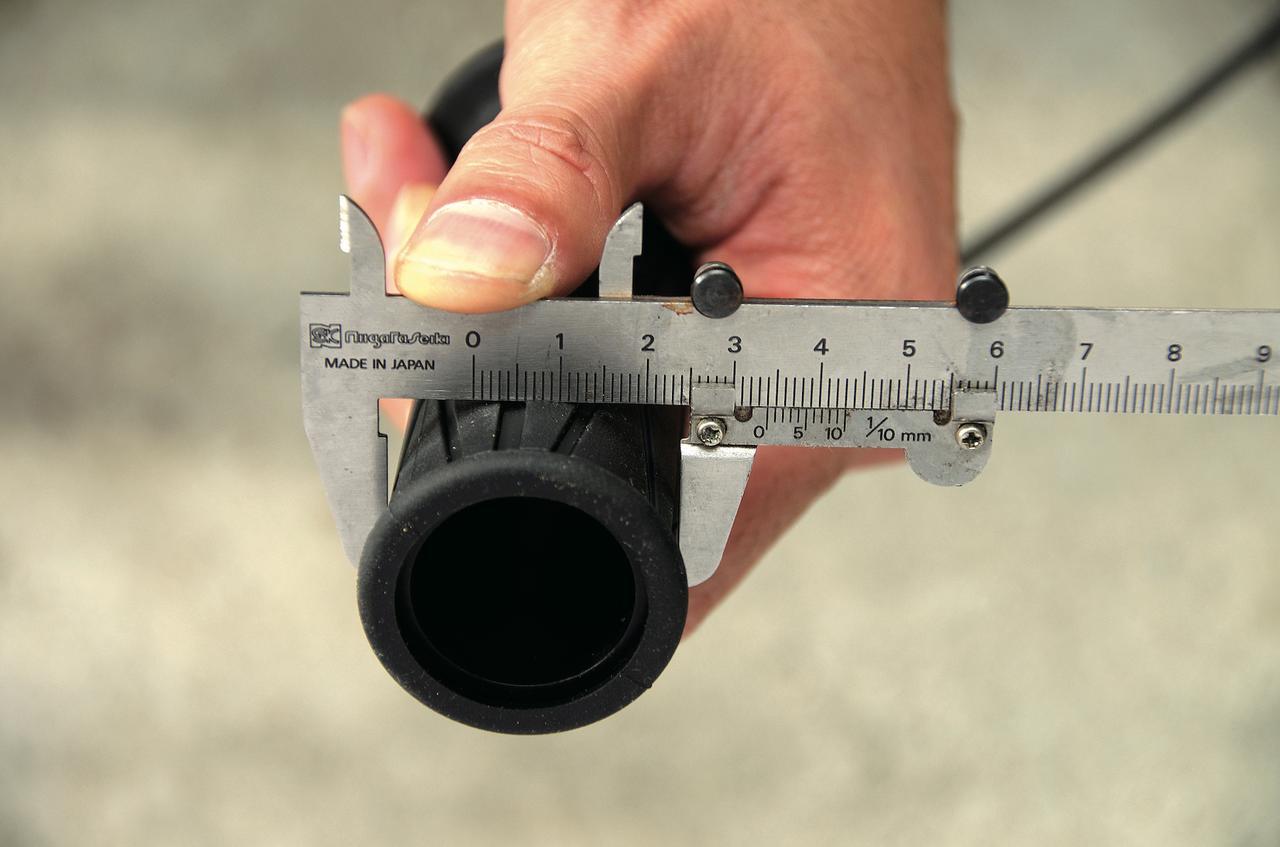 画像: グリップヒーターは発熱体が入っているためグリップの径が太くなるが、この製品は実測でφ34㎜。純正グリップの多くはφ31~32㎜程度なので違和感はほとんどない。