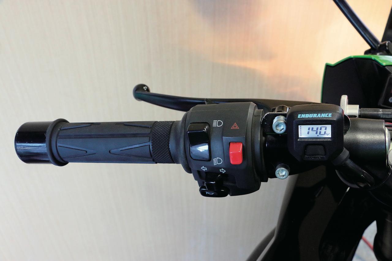 画像1: 液晶モニターでバッテリーの電圧管理もできるグリップヒーター