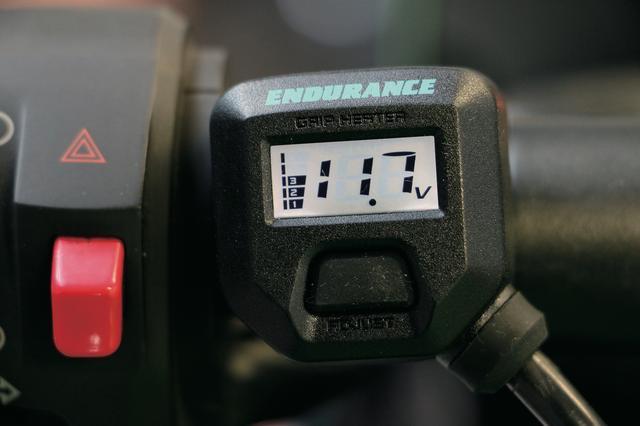 画像2: 液晶モニターでバッテリーの電圧管理もできるグリップヒーター