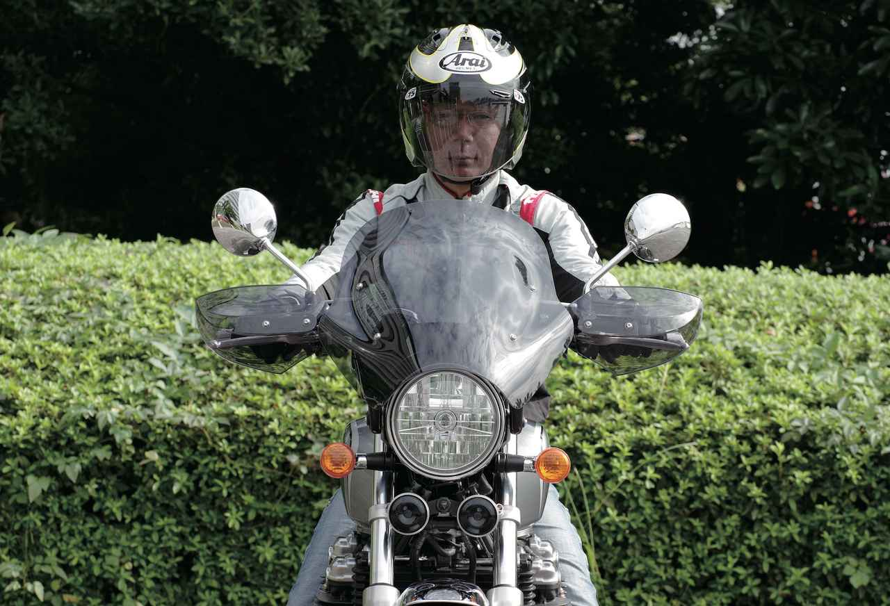 画像: スクリーン上端部がライダーの視界を遮らず、ヘルメット上部には風が当たる。