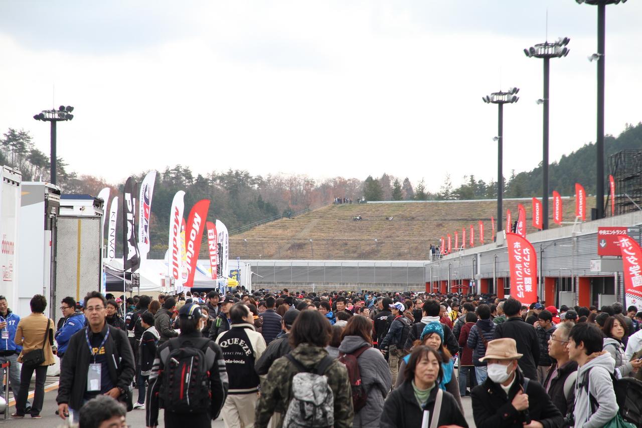 画像: 各ピットではレーシングマシンの展示が行なわれたほか、パドック内には物販スペースも。終日賑わい続けていました。