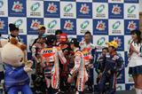 画像: レースの表彰式にも参加したマルケス選手とペドロサ選手。表彰台に立ったキッズライダーに、サインのサービスも。