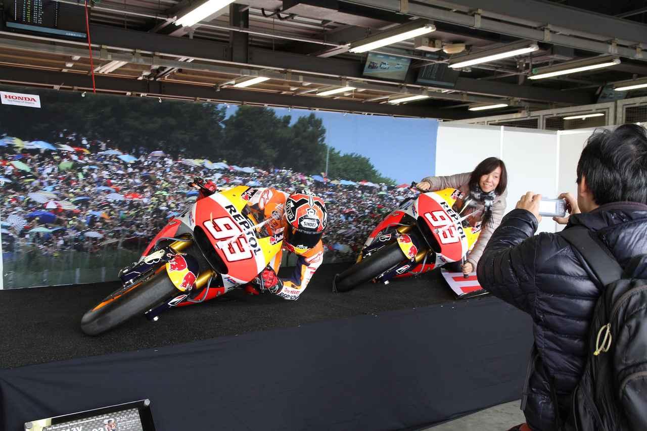 画像: MotoGPライダー、M・マルケス選手のフォームを真似してみよう! のコーナーも設けられていた。