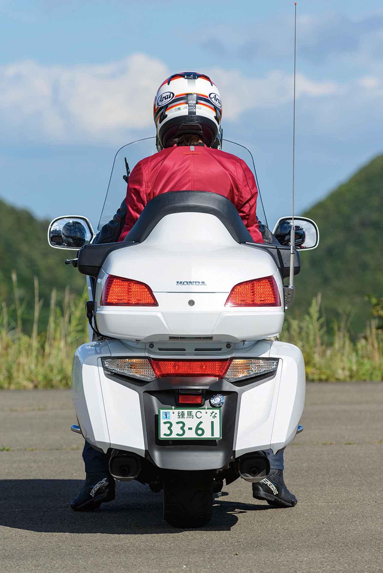 画像: タンデムシートにはバックレストとサイドサポートが装備されており、すっぽりと覆われるような座り心地は快適のひとこと。ステップボードも広く、ロングツーリングもドンと来いの安心感と居住性を誇る。伊藤さん曰く「パッセンジャーがいても乗り心地が全然変わらないので、乗ってるのか乗っていないのかわからないくらい」。パッセンジャーの顔周りは多少風を受けるが、シートヒーターのおかげで冬場も寒さを感じないで済む。