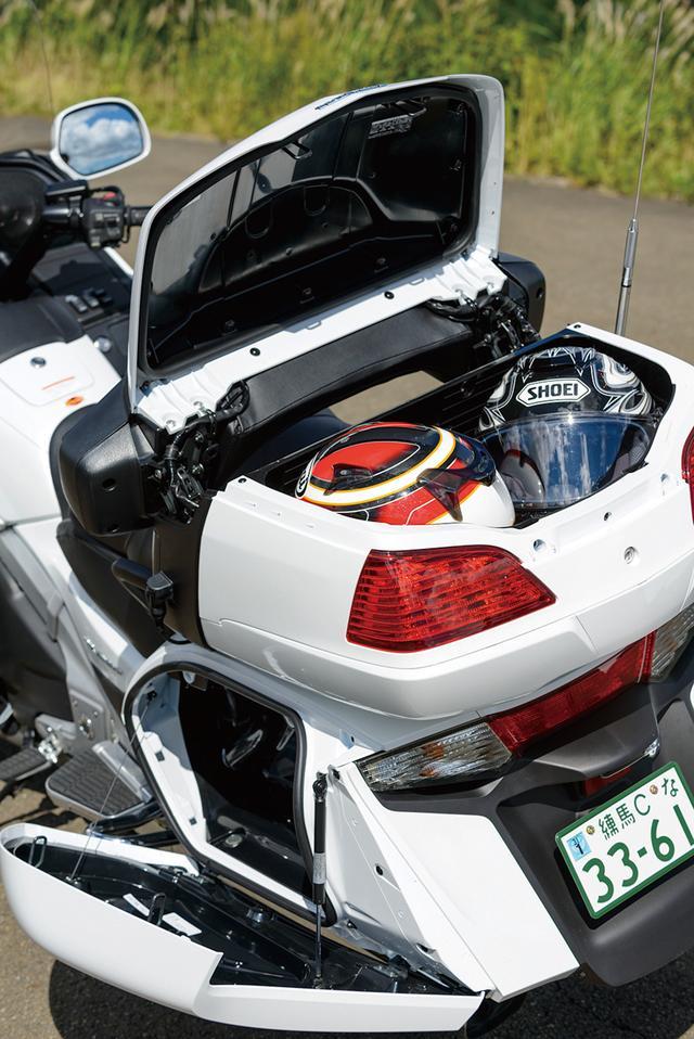 画像: フルフェイスヘルメットが2つ収納できる61ℓ容量のリアトランクに、約40ℓ容量のサドルバッグを左右に装備し、旅に心強い抜群の収納力を持つ。