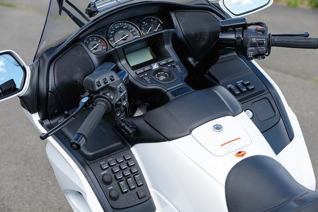 画像: グリップヒーター、シートヒーター、フットウォーマーベンチレーション搭載で、気温に関わらず快適な走行が楽しめるほか、ラジオやiPodなどのデジタルオーディオも聞けるオーディオシステムを装備。