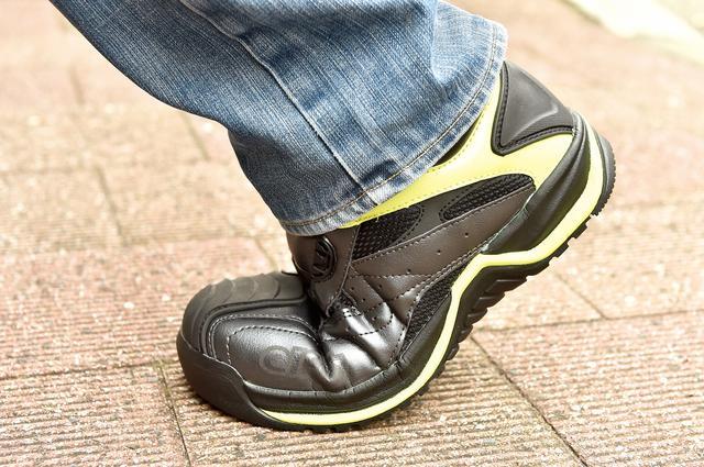 画像: 安全靴にありがちな履き心地の硬さと重さに起因する歩きにくさはほとんど気にならない。トレッキングシューズ代わりにもなりそうだ。