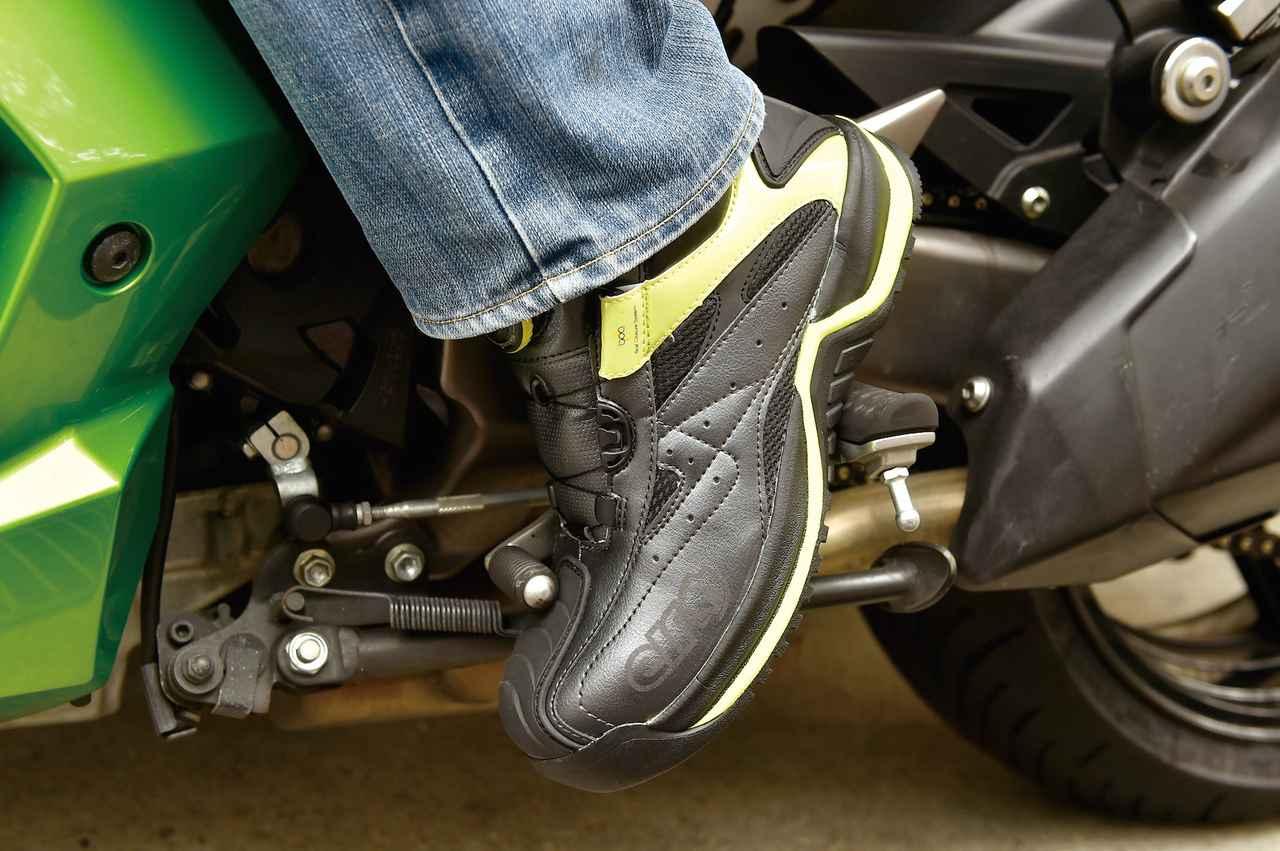 画像: 硬質樹脂製の先芯に加えてくるぶしプロテクターやペダルガードも採用。安全性の高いライディングシューズとしても履ける。