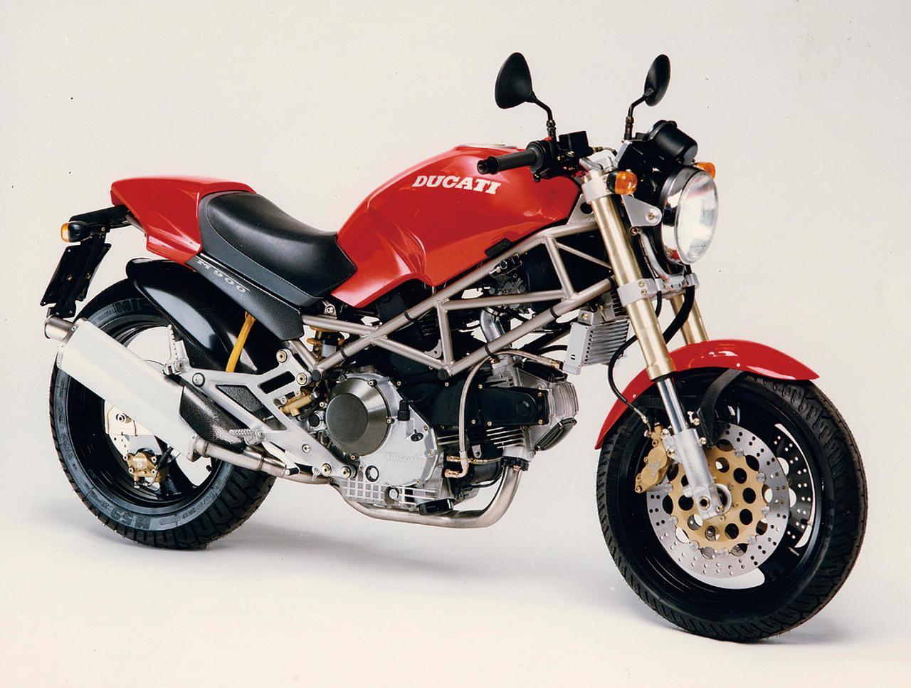 画像: Ducati Monster 900(1993) 1992 年のケルンショーで発表されたモンスター900。それまで見たことのない美しいスタイルで、ネイキッドカテゴリーに革命をもたらし、累計で13 万台以上が販売されるほどの人気シリーズに。写真は初期型である1993 年モデル。