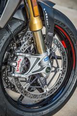画像: フルアジャスタブル・タイプ、TiNコーティングが施された48㎜径オーリング製フロントフォークにブレンボ製M50モノブロックキャリパー、φ330㎜ダブルディスクを組み合わせる。