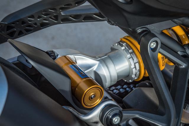 画像: Monster 1200 S には、フルアジャスタブルタイプのオーリンズ製リアショックを装備。タイヤはピレリ製DIABLO ROSSO™ III デュアル・コンパウンド・タイヤを採用している。