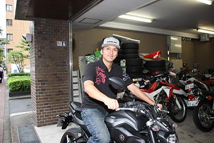 画像: オートバイ編集部のガレージにて。乗っている車両は編集部で借りていたヤマハ・MT-07。たまたま近くにあったので撮影。