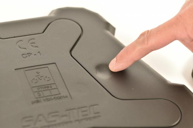 画像: 粘弾性ビスコエラスティックという素材を使用し、衝撃を包み込みようにゆっくり吸収する。強く指で押すと徐々に凹み、放すと徐々に元の形に戻る。