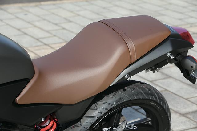 画像: シートは表皮を専用のブラウンとし、ビンテージ風の質感を演出すると同時に、大人のスポーツバイクとしての風格も備えている。