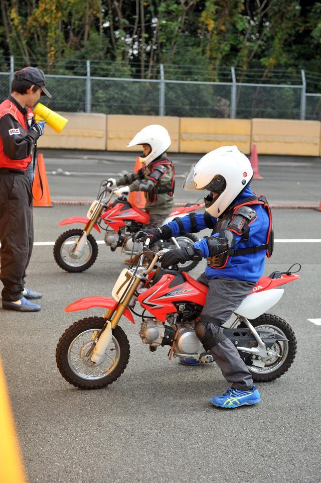 画像: 会場には免許がなくてもバイクに乗れる体験コーナーも設置され、子供たちが真剣な面持ちで生まれて初めてのバイクに挑戦!