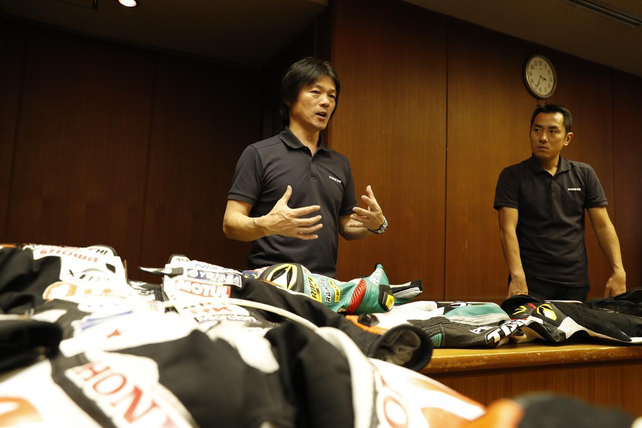 画像: 現状のレース用エアバッグについて、解説をしてくれたのはRSタイチの藤本 氏(左)と、廣田 氏(右)。頚椎を中心としたライダーの身体を守るためには、何をどうすべきか。詳しく説明して頂きました。