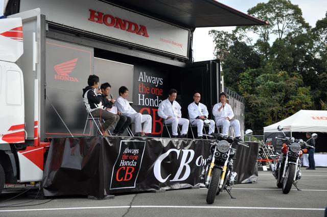 画像: 今回は新型CB1100シリーズがこの会場で国内初お披露目を迎えたということもあり、開発陣のトークショーに興味津々。こういうのもオーナーズミーティングならでは。