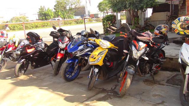 画像: 参加者たちが乗ってきたオートバイ。しかし、これでコースを走るのではない。