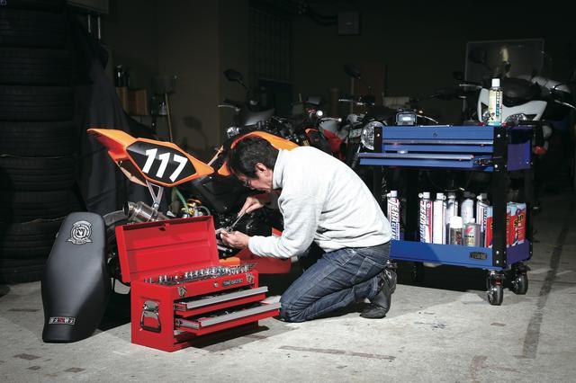 画像: ガレージ作業ではチェスト(引き出し)タイプのケースを使った「TSXT950セット」が使いやすい。こちらは差し込み角9.5㎜と、より大きなボルト/ナットに対応する12.7㎜の2種類のソケットレンチセットが揃っている。T型ハンドルやパイプレンチも含んだ全87ピースで、自動車や産業用機械のメンテナンスもできる。 ■価格:TSXT950:19万8000円(差込角9.5&12.7㎜) 全87点 ワークキャビンTC1701BU:5万円