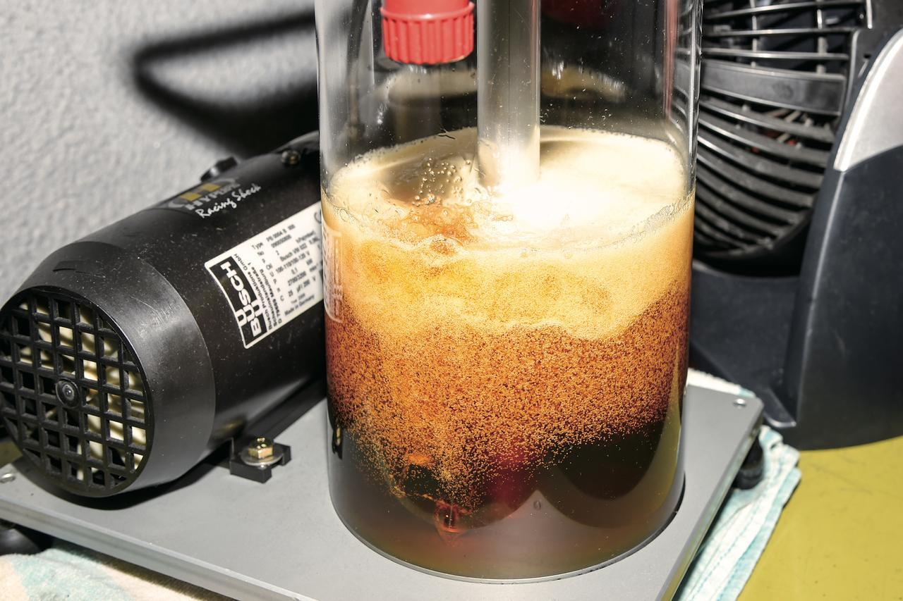 画像: オイルやオイルシールの交換が終了したら、エア抜きも専用の機械を使用して行なう。