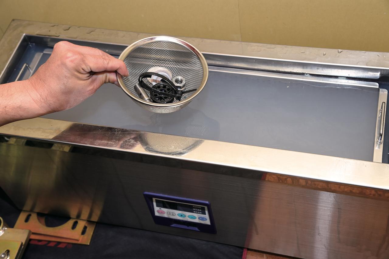 画像: 各パーツの清掃は、手作業のほか、落ちづらい汚れに関しては超音波洗浄器も使用。