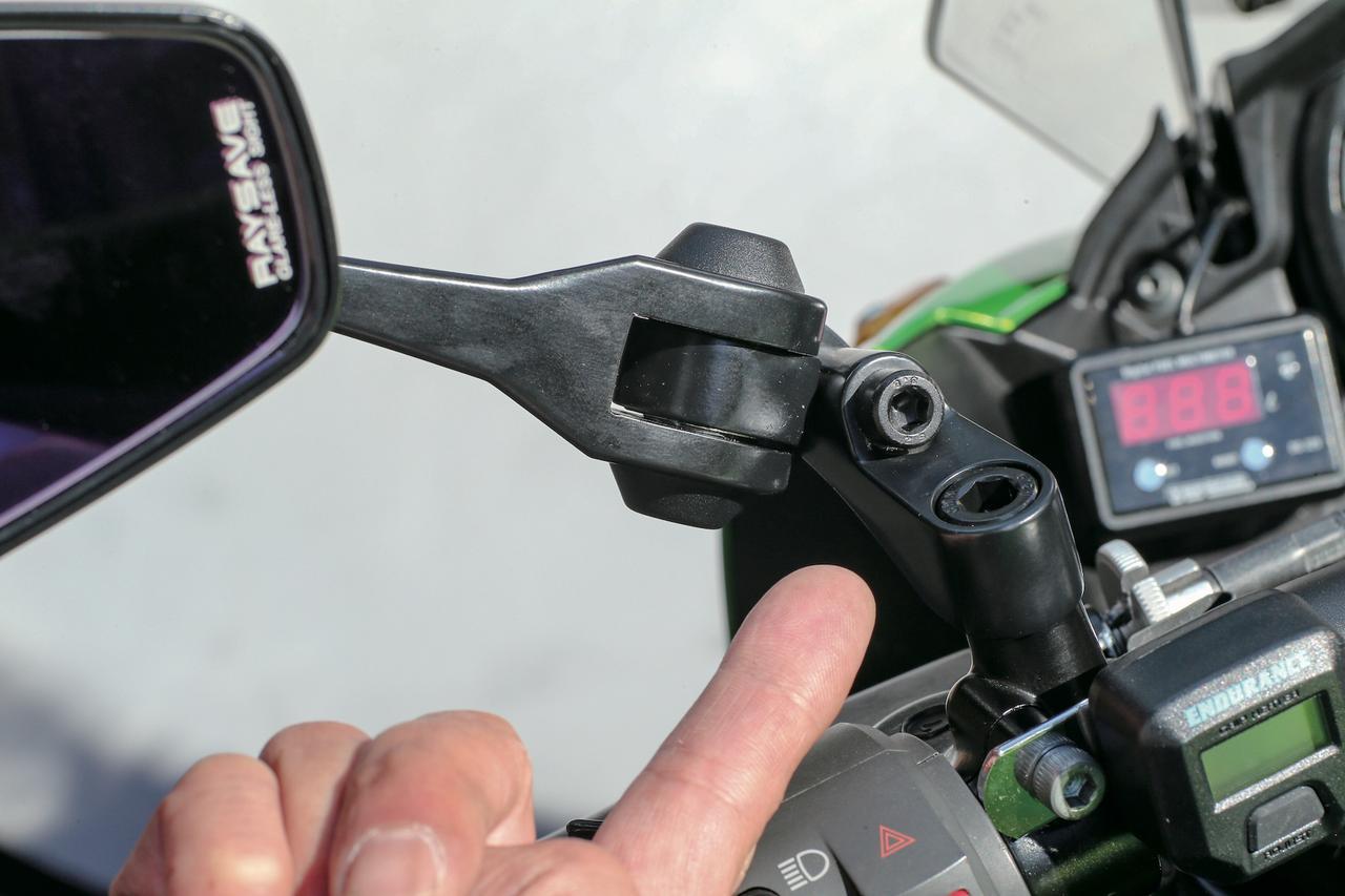 画像: ステー基部には3か所の可動部分があり、ハウジング部分の調整機構と併せて最適な位置にセッティング可能。シャークミラー3には正ネジ、逆ネジの取り付けボルトが付属する。