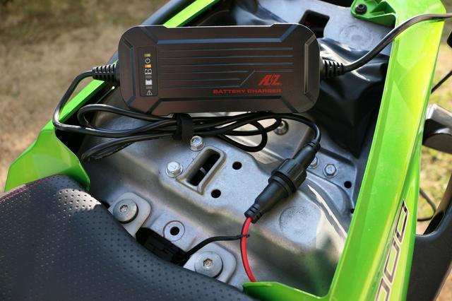 画像: リチウムバッテリーは特性上、対応充電器が限られる。写真のACH-200は過充電防止機能や診断機能などを備えたリチウムバッテリー対応チャージャー。