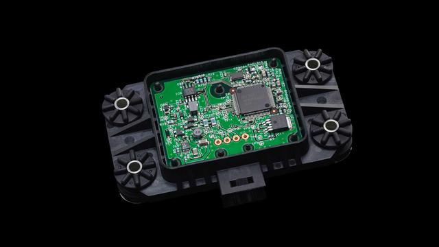画像: YZF R1に採用されているIMUは、村田製作所製のセンサーを使用したオリジナル。これをシート下に設置、1秒間に125回という高速演算を行って車体の状況を把握している。