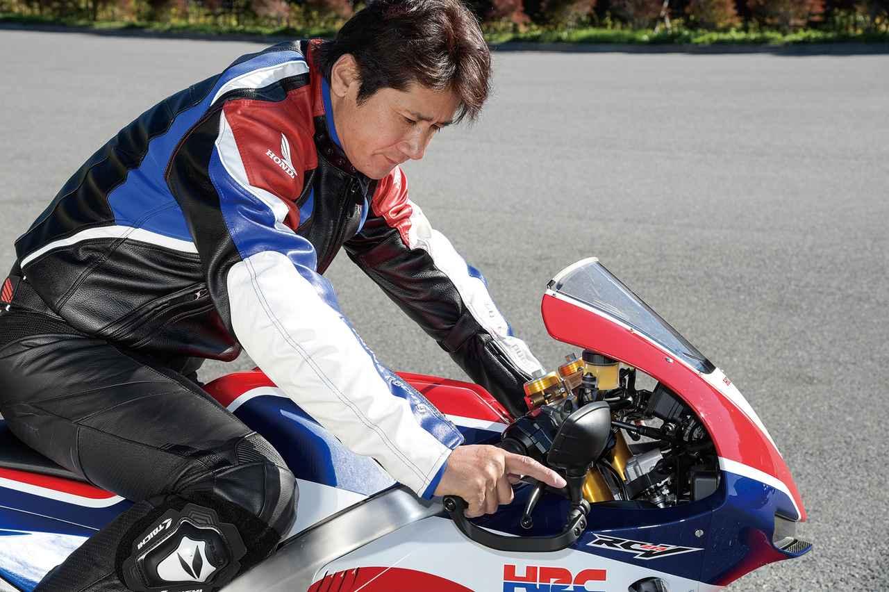 画像: 「このスロットルレスポンスはこのバイクでしか体感できない」と語る伊藤さん。スポーツキット装着時は、MotoGPマシンと同じ加速感が味わえるという。「自分もいまだにワークスのRC213Vに乗ると『うわっ速ぇ!』と驚くんです。あの感覚を、ある程度スキルのあるライダーなら、一度は味わって欲しいといつも思っていました。それでいて下からトルクが出ているから、ピットロードをふわっと出ていけるし、クラッチにそんな気を使わなくていい。RC213V-Sはまさにそんな乗り味なんですよ」。