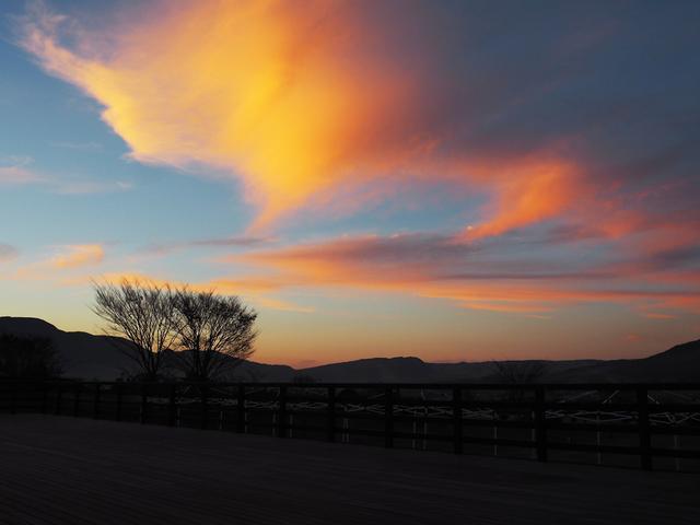 画像: 徐々に日が暮れる阿蘇の山々を見ながら頂く、ぐらんつむーとさんのパンは格別でした! あと、道の駅・あそ望の郷くぎのの「あか牛の館」ではあか牛が頂けたりしますし、南阿蘇鉄道の運転士さんオススメのおそばやさん、 「明神そば」(南阿蘇で最も美味しい湧水だという明神池湧水近く)もお時間があれば是非〜!