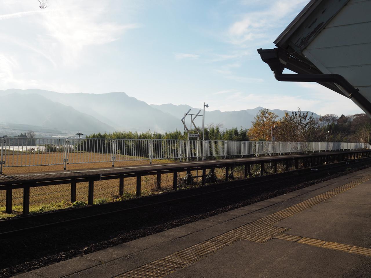 画像: 中松駅。復興列車は行ってしまったあとですが、ホームに出ると神々しいまでの山々と陽が降り注ぐ阿蘇の空。思わずじーんときてしまいました。