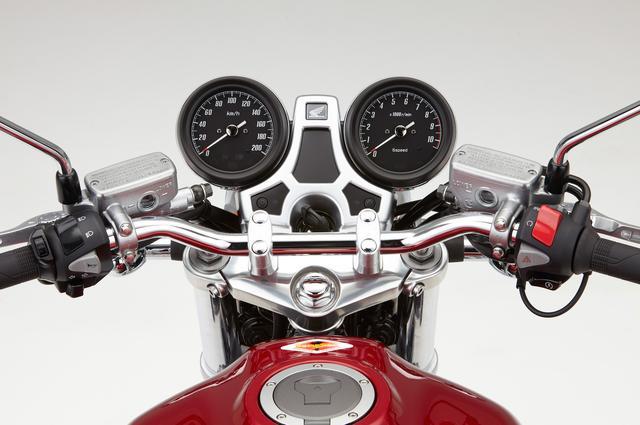 画像: スピードメーターとタコメーターの間にある、インジケーター表示部にはサチライトメッキを施したカバーを配置。