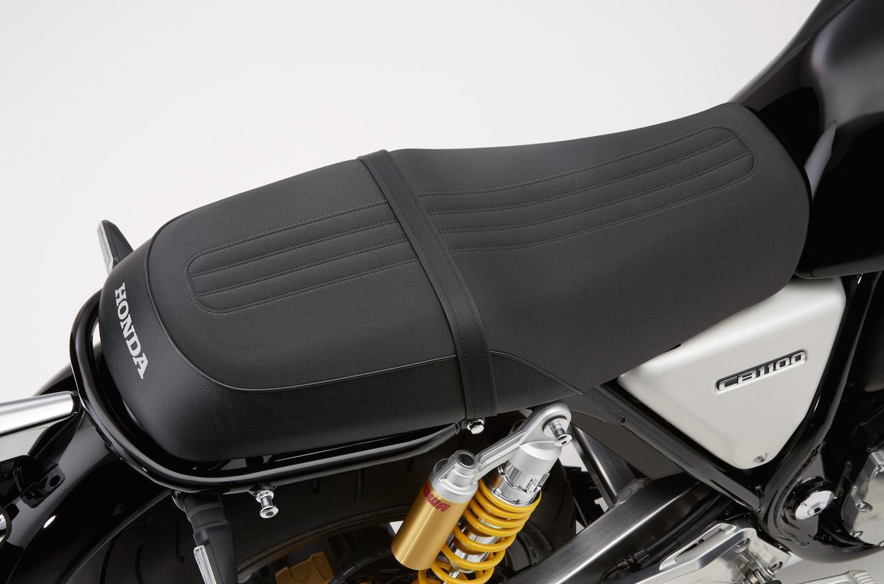 画像: 前後縦方向にラインが入ったスポーティなシートは「RS」専用品。