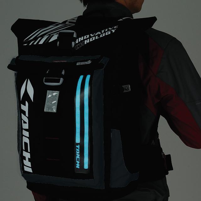 画像: 夜間走行時の被視認性を高めるため、ブルーに光るELユニットを、背面部分に装備したバックパック。メイン気室とフロントポケットは防水仕様となっており、万が一の雨天時も安心。単三アルカリ電池2本で点灯し、連続点灯で約7時間、点滅で約15時間に渡り光り続ける。バッグ自体の容量は25リットル。現在でもラインアップされており、価格は1万6000円(税別)となっている。