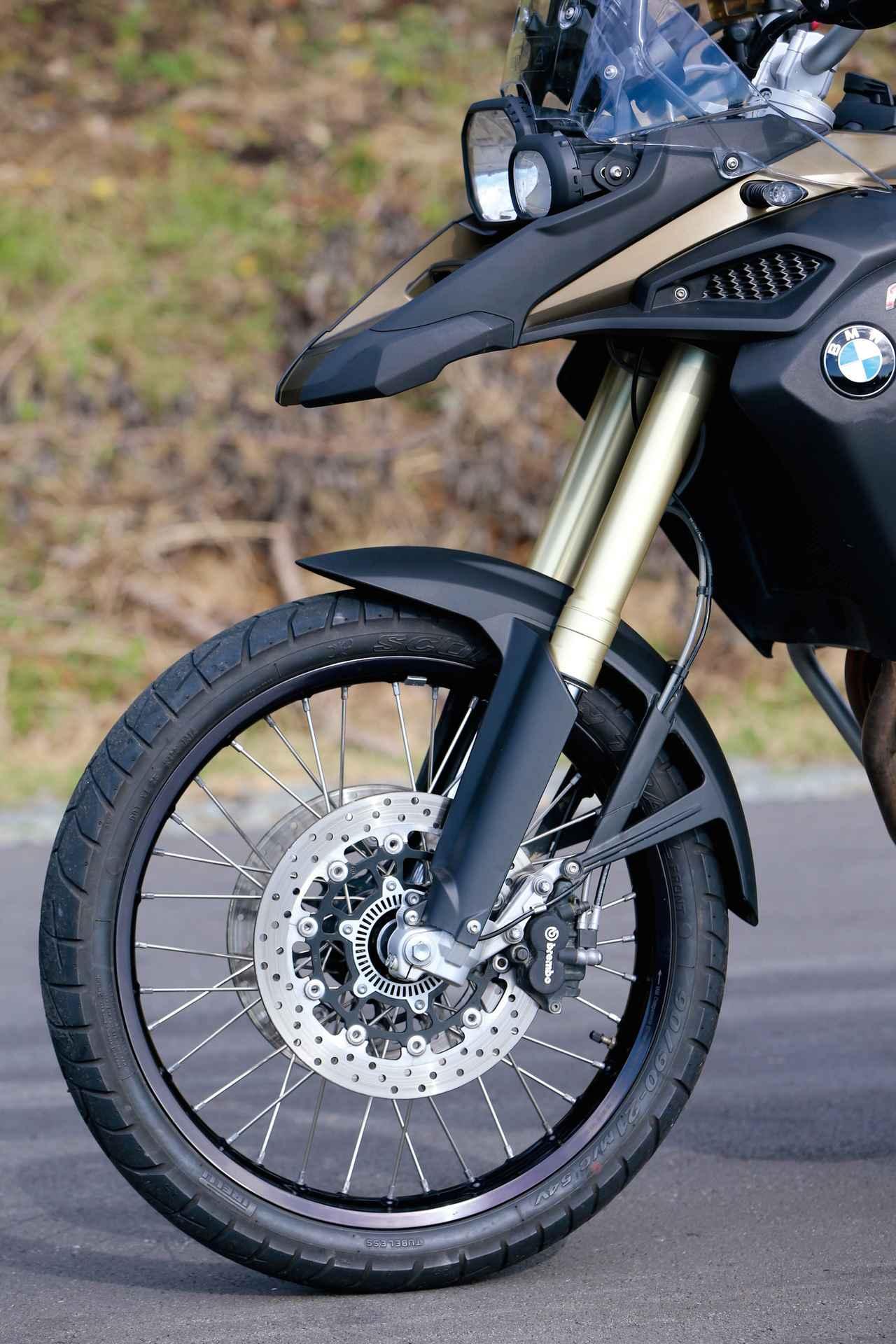 画像: 走破性の高い21インチホイールに、タイヤはピレリのスコーピオンという組み合わせ。ブレーキキャリパーはブレンボ製をおごる。
