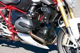 画像: 水冷ヘッドを与えられた伝統のフラットツインは125PSを発揮。2次減速比はRTよりもショートに設定されている。