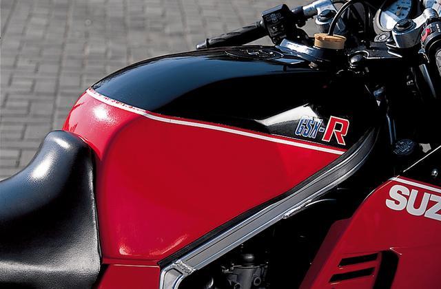 画像: カウルのデザインだけでなく、フレームの形状やタンクのデザインにも当時世界耐久選手権で大活躍していた耐久レーサー・GS1000Rの影響が感じられる。