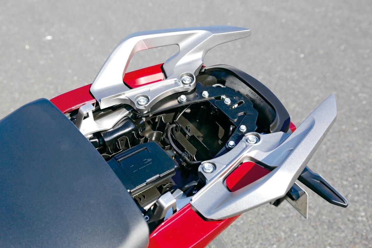 画像: XもETC車載器は標準装備で、グリップヒーターと同様に前モデルから採用。アドベンチャータイプなので握りやすい大型のリアグリップを採用している。