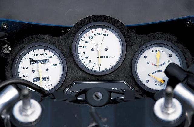 画像: 白い文字盤が印象的なアナログ3連メーターで、左から180㎞/hスケールのスピードメーター、1万3000rpmスケールのタコメーター、燃料計/水温計が並んでいる。