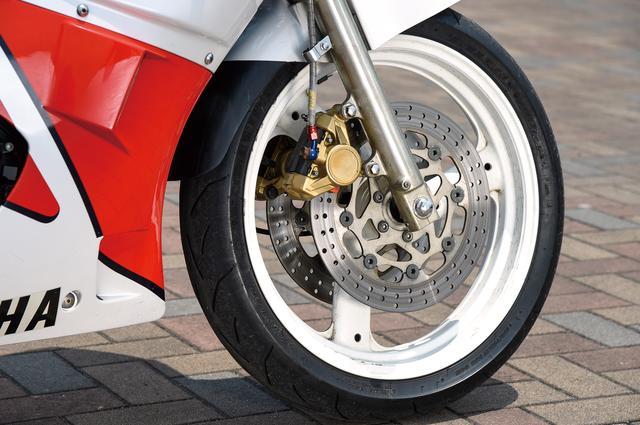 画像: フォークはインナーチューブ径Φ38㎜の正立タイプ。フロントホイールはFZ400Rの16インチから17インチに変更。ダブルディスクブレーキで対向2ポッドキャリパーを装備している。