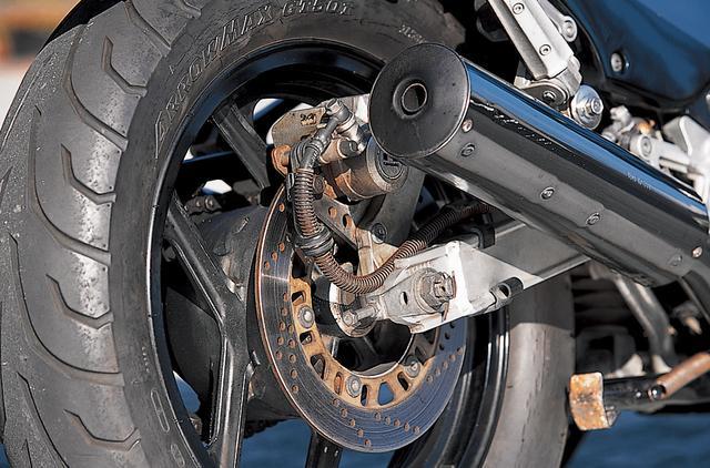画像: スイングアームはアルミ製で、リアサスはカワサキお得意のユニトラックサス。アルミフレームと合わせ、レーサーレプリカに劣らない高いレベル技術が投入された車体だ。