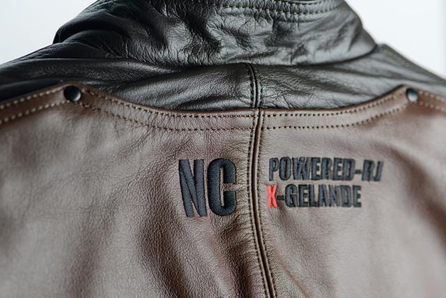 画像: 背面には「New Concepter」シリーズを象徴する「NC」ロゴが入る。胸元のワッペンがベルクロ装着されているのも、懐かしいポイント。