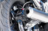 画像: ブレーキシステムはフロントはダブル、リアはシングルのトリプルディスクブレーキ。リアサスはプリロードアジャスター付きのプロリンクサスペンションだ。